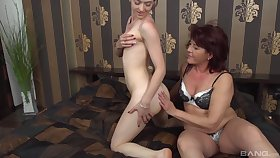 Amateur mature Ilona gets her pussy licked by handsome Tess